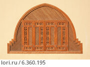 Деревянное окно, украшенное ставнями, оформленными в арабском стиле. Стоковое фото, фотограф Andrei Nekrassov / Фотобанк Лори