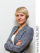Купить «Улыбающаяся бизнесвумен стоит, скрестив руки на груди», фото № 6362367, снято 22 ноября 2019 г. (c) Mikhail Starodubov / Фотобанк Лори