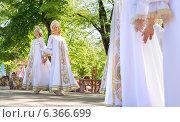 Женщины в народных костюмах танцуют на сцене (2014 год). Редакционное фото, фотограф Ясевич Светлана / Фотобанк Лори