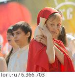 Девочка в красном костюме стоит с кувшином (2014 год). Редакционное фото, фотограф Ясевич Светлана / Фотобанк Лори