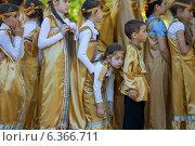 Уставшие дети в костюмах перед концертом (2014 год). Редакционное фото, фотограф Ясевич Светлана / Фотобанк Лори