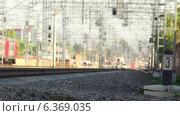 Люди перебегают пути перед поездом. Стоковое видео, видеограф Евгений Егоров / Фотобанк Лори