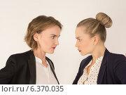 Две деловые женщины ругаются. Стоковое фото, фотограф Эльвира Гумирова / Фотобанк Лори