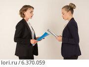 Две молодые деловые женщины ругаются. Стоковое фото, фотограф Эльвира Гумирова / Фотобанк Лори