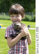 Купить «Мальчик с котенком», фото № 6371095, снято 3 июля 2014 г. (c) Михаил Рыбачек / Фотобанк Лори