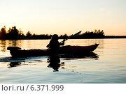 Купить «Silhouette of a girl kayaking in a lake, Lake of the Woods, Ontario, Canada», фото № 6371999, снято 14 декабря 2019 г. (c) Ingram Publishing / Фотобанк Лори