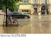 Купить «Дождь с пузырями на европейской улочке. Тампере, Финляндия», фото № 6374059, снято 28 августа 2014 г. (c) Валерия Попова / Фотобанк Лори