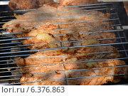 Приготовление мяса на углях. Стоковое фото, фотограф Сергей Гойшик / Фотобанк Лори