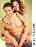 Купить «Muscular man carries his pretty girlfriend», фото № 6381915, снято 16 июля 2019 г. (c) Ingram Publishing / Фотобанк Лори