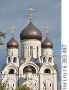 Купить «Церковь Серафима Саровского в Раево, район Медведково, Москва», эксклюзивное фото № 6383487, снято 8 сентября 2014 г. (c) lana1501 / Фотобанк Лори
