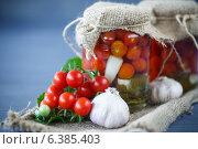 Купить «Консервированные помидоры», фото № 6385403, снято 10 сентября 2014 г. (c) Peredniankina / Фотобанк Лори