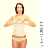 Купить «woman forming heart shape», фото № 6385615, снято 25 июля 2013 г. (c) Syda Productions / Фотобанк Лори