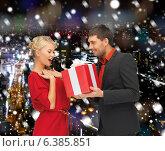 Купить «smiling man and woman with present», фото № 6385851, снято 7 октября 2012 г. (c) Syda Productions / Фотобанк Лори