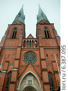 Low angle view of the Uppsala Cathedral, Uppsala, Sweden. Стоковое фото, агентство Ingram Publishing / Фотобанк Лори