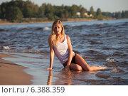 Купить «Молодая девушка в белой майке сидит в воде на пляже», фото № 6388359, снято 20 июля 2014 г. (c) Литвяк Игорь / Фотобанк Лори