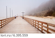 Купить «Променад в тумане. Поселок Янтарный, Калининградская область», эксклюзивное фото № 6395559, снято 12 апреля 2014 г. (c) Константин Косов / Фотобанк Лори