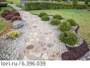 Купить «Элементы ландшафтного дизайна в оформлении сада», фото № 6396039, снято 15 августа 2014 г. (c) Gagara / Фотобанк Лори