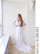 Купить «Невеста в белом платье в светлом интерьере», фото № 6399051, снято 19 июля 2018 г. (c) Дарья Петренко / Фотобанк Лори