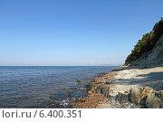 Купить «Море. Каменистый берег. Сосны на утесе.», фото № 6400351, снято 23 августа 2014 г. (c) Емельянов Валерий / Фотобанк Лори