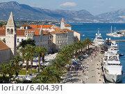 Купить «Туристы в Старом городе в Трогире, Хорватия», фото № 6404391, снято 30 июня 2013 г. (c) Андрей Рыбачук / Фотобанк Лори