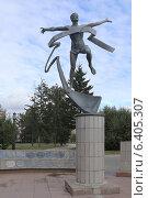 Купить «Скульптура «Бегущий человек», Омск, Соборная площадь», эксклюзивное фото № 6405307, снято 8 сентября 2014 г. (c) Алексей Гусев / Фотобанк Лори