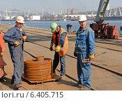Купить «Работающие докеры в торговом порту города Владивосток», фото № 6405715, снято 10 октября 2007 г. (c) Георгий Хрущев / Фотобанк Лори