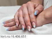 Купить «Две женские руки с маникюром на ногтях лежат на коленях», эксклюзивное фото № 6406651, снято 12 июля 2014 г. (c) Игорь Низов / Фотобанк Лори