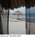 Купить «Lounge chairs with sunshades on the beach, Utopia Village, Utila Island, Bay Islands, Honduras», фото № 6410251, снято 29 декабря 2012 г. (c) Ingram Publishing / Фотобанк Лори