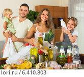 Купить «Parents and children with food», фото № 6410803, снято 17 июля 2018 г. (c) Яков Филимонов / Фотобанк Лори