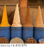 Spices for sale at market stall, Medina, Marrakesh, Morocco. Стоковое фото, агентство Ingram Publishing / Фотобанк Лори