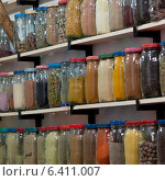 Display of spice jars, Medina, Marrakesh, Morocco. Стоковое фото, агентство Ingram Publishing / Фотобанк Лори