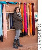 Woman standing outside a store, Telouet, Ouarzazate, Souss-Massa-Draa, Morocco (2012 год). Редакционное фото, агентство Ingram Publishing / Фотобанк Лори