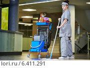 Купить «cleaning services», фото № 6411291, снято 26 августа 2014 г. (c) Дмитрий Калиновский / Фотобанк Лори
