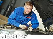 Купить «smiling repairman auto mechanic», фото № 6411427, снято 16 сентября 2014 г. (c) Дмитрий Калиновский / Фотобанк Лори