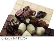 Купить «Шоколадные конфеты и плитки на белом фоне», фото № 6411767, снято 3 сентября 2014 г. (c) Гурьянов Андрей / Фотобанк Лори