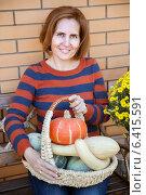 Купить «Улыбающаяся женщина с тыквами в корзинке», фото № 6415591, снято 16 сентября 2014 г. (c) Юлия Кузнецова / Фотобанк Лори