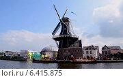 Купить «Ветряная мельница с вращающимися лопастями, Голландия», видеоролик № 6415875, снято 13 сентября 2014 г. (c) FMRU / Фотобанк Лори