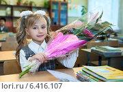 Купить «Девочка первоклассница с цветами сидит за партой в школе», фото № 6416107, снято 1 сентября 2014 г. (c) Кекяляйнен Андрей / Фотобанк Лори
