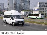 Купить «Микроавтобус Ford и автобус ЛиАЗ на Строгинском шоссе», эксклюзивное фото № 6416243, снято 7 августа 2012 г. (c) Дмитрий Абушкин / Фотобанк Лори