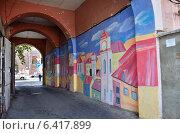 Купить «Городской пейзаж на стене в подворотне в Ереване», фото № 6417899, снято 6 сентября 2014 г. (c) Овчинникова Ирина / Фотобанк Лори