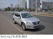 Купить «Автомобиль Volkswagen Tiguan, припаркованный у тротуара», эксклюзивное фото № 6418463, снято 7 августа 2012 г. (c) Дмитрий Абушкин / Фотобанк Лори