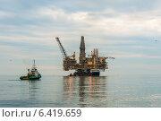 Купить «Oil rig platform in the calm sea», фото № 6419659, снято 12 сентября 2013 г. (c) Elnur / Фотобанк Лори