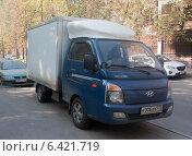 Грузовой автомобиль Hyundai Porter 2, припаркованный на тротуаре на улице Серегина, эксклюзивное фото № 6421719, снято 20 сентября 2014 г. (c) Дмитрий Абушкин / Фотобанк Лори