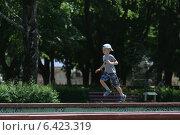 Мальчик бегает по парапету фонтана. Стоковое фото, фотограф Сергей Хлющев / Фотобанк Лори