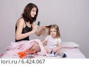 Мама расчесывает дочку утром. Стоковое фото, фотограф Иванов Алексей / Фотобанк Лори