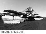 Купить «Крутонаклонный консольный штабелер на гусеничном ходу для перевалки угля», эксклюзивное фото № 6425043, снято 10 июля 2014 г. (c) Валерий Акулич / Фотобанк Лори
