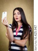 Купить «Девушка фотографирует сама себя при помощи телефона», фото № 6425947, снято 30 июля 2014 г. (c) Михаил Гойко / Фотобанк Лори