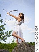 Купить «Девушка в белом платье стреляет из лука», фото № 6430007, снято 5 июля 2014 г. (c) Дмитрий Черевко / Фотобанк Лори