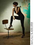 Купить «Девушка с молотком в руке», фото № 6430059, снято 7 августа 2014 г. (c) Дмитрий Черевко / Фотобанк Лори