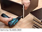 Купить «Сборка мебели из ДСП, аккумуляторный шуруповерт в руке столяра», фото № 6433303, снято 10 сентября 2014 г. (c) Владимир Григорьев / Фотобанк Лори